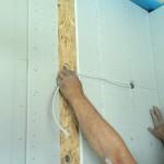 Leitung wird mangels Installationskanals durch seitlich durch die Gipsplatte geführt