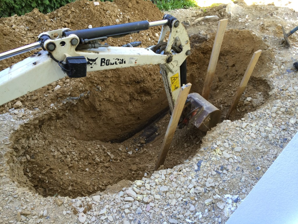 Die Bretter markieren die Enden der Leerrohre, die etwa 1m über die Bodenplatte herausstehen