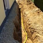 Nach etwas Auffüllung wird die gelbe Gasleitung verlegt