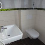 Waschtisch und WC im Gästebad