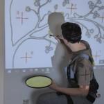 Baummotiv mit Beamer an Wand projeziert